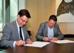 Ondertekening van de overeenkomst.  (v.l.n.r. Machiel van Haaften(directeur Midwaste) en wethouder Hendrik Hoeksema van de gemeente Oss)