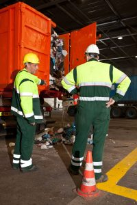 Op plekken waar afval wordt gelost vinden regelmatig kleine incidenten plaats. Om chauffeurs en bijrijders extra alert te maken op de veiligheidsregels, organiseren tien afvalbedrijven half mei de Veiligheidsweek Stortvloer. (foto: Vereniging Afvalbedrijven/Norbert Bosman)